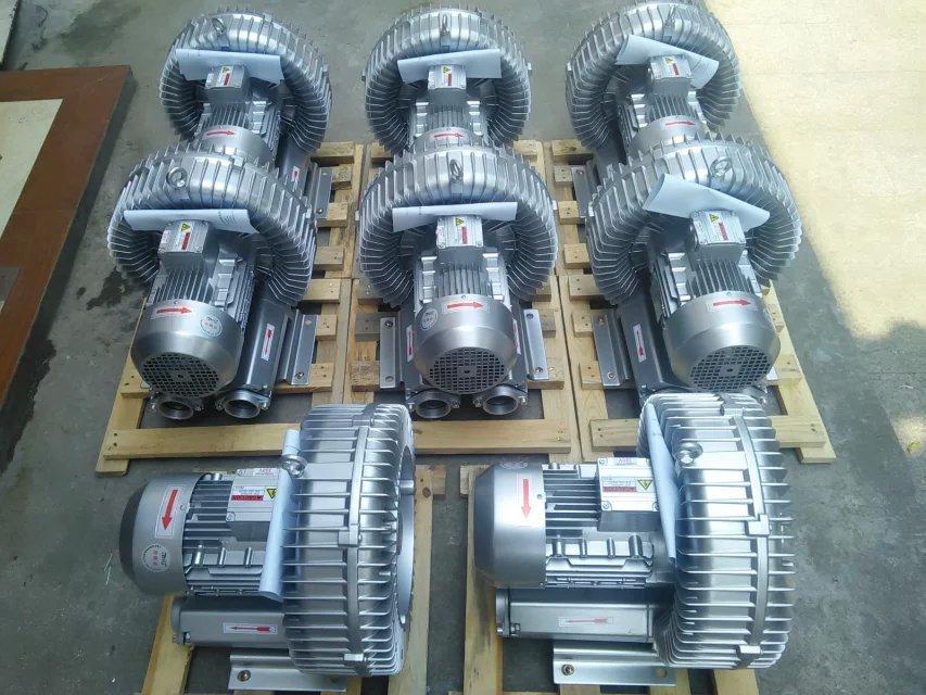 单级漩涡气泵,旋涡式单叶轮高压气泵的工作原理: 旋涡气泵是吹吸两用的高压气泵,风机特殊的叶片设计,具有压力高、风量大、低噪音、耐高温等特点。旋涡高压气泵绝缘性能强,安装容易,稳定性高,通过的气体无油、干燥,最高品质。高压和高吸力的产生在于叶轮独特的设计。高压气泵的叶轮边缘带有多个叶片,当叶轮旋转时,由于离心作用,两个叶片中的空气被快速地往外缘方向运动,传转输能量,风压被快速叠加,便形成了高压或高力其速度得到增加。当空气被风道重新导入叶轮后,将再次被加速。由于高压气泵多个叶片传转能量,风压被快速叠加,便形